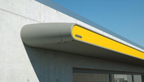 Bild på väggmonterad infälld gul terrassmarkis