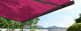 Bild på terrassmarkis från Markilux med rosa lila markiväv