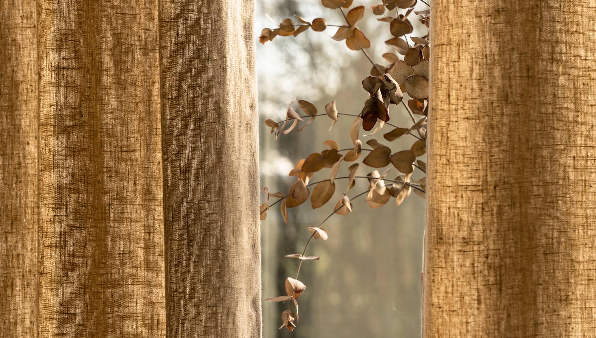 Bilden visar exempel på linnegardin för fönster