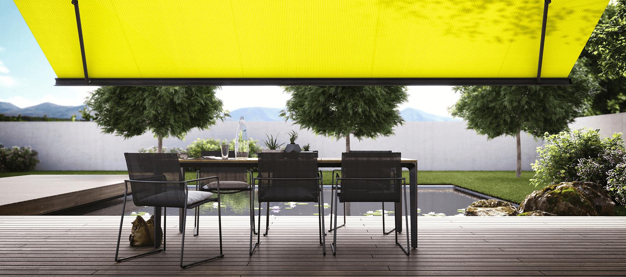 Bild på gul markis med stolar på terass.